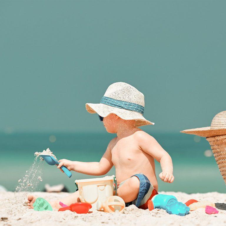 plage avec bébé