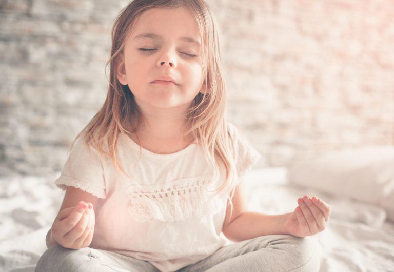 Aider son enfant à trouver le sommeil grâce au yoga, ça marche ?