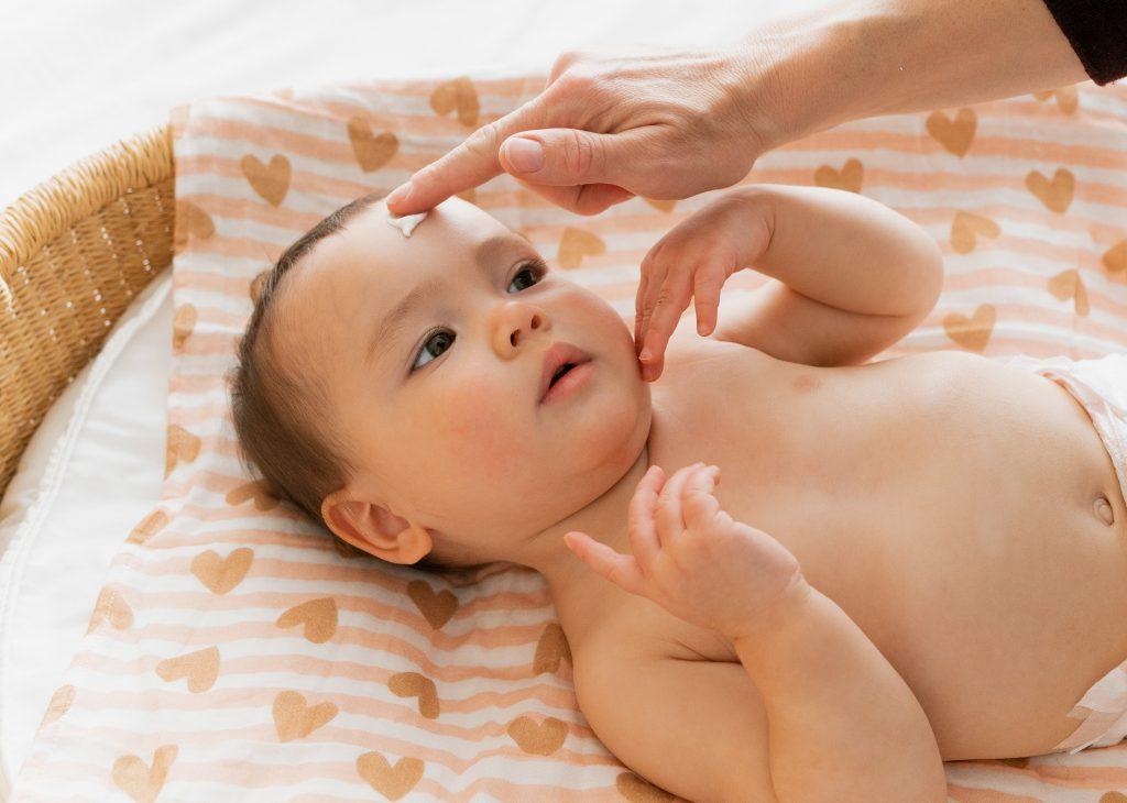 Front, nez, bouche, pourquoi masser ces zones du visage chez bébé est vraiment utile ?