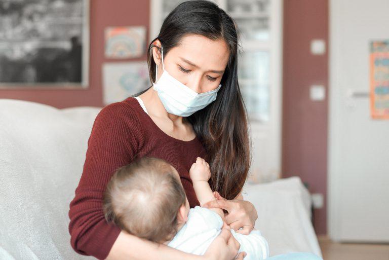 Le port du masque accusé de retarder le langage des bébés