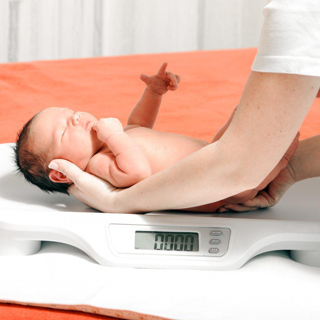 Le poids de naissance de bébé peut impacter sa vie future