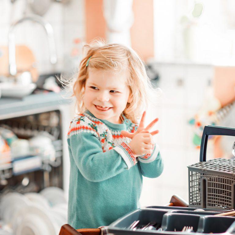 Ranger la vaisselle ou mettre la table... Les taches indispensables pour développer la logique de nos kids