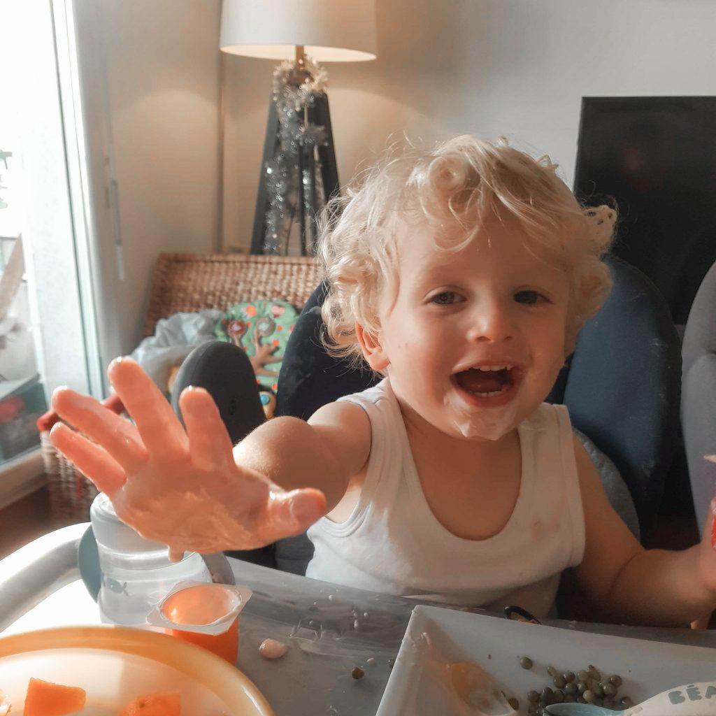 Bébé mange avec les doigts, oui c'est ok : on vous dit pourquoi !